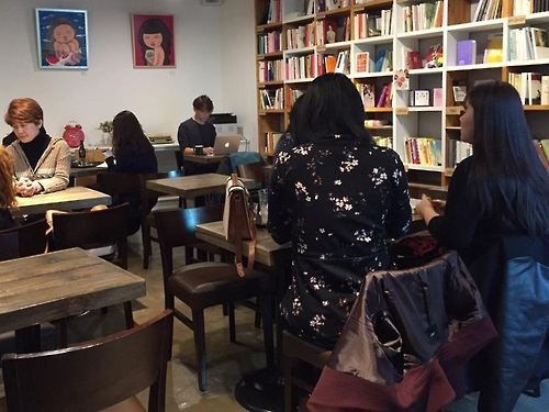 This photo shows Cafe Doing in southern Seoul on March 2, 2017. The cafe, which opened the previous month, has some 650 books related to feminism. It regularly hosts various events, including seminars, on feminist issues. (Yonhap)
