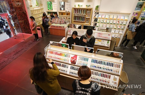 A cosmetics store in Myeongdong, downtown Seoul, is quiet on March 5, 2016, following China's ban on tours to South Korea. (Yonhap)
