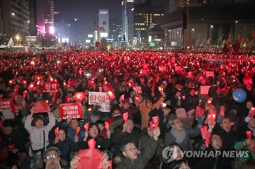 This photo, taken on March 4, 2017, shows citizens staging a street rally in downtown Seoul to demand Park's resignation over a corruption scandal. (Yonhap)