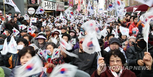 A group of supporters of impeached President Park Geun-hye holds a rally in Changwon, South Gyeongsang Province, on Feb. 26, 2017, demanding the Constitutional Court reject the parliamentary impeachment of Park, accused of corruption. (Yonhap)