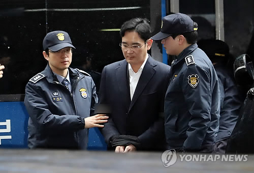 Lee Jae-yong, vice chairman of Samsung Electronics Co., arrives at the independent counsel team's office in southern Seoul on Feb. 22, 2017, to undergo an interrogation. (Yonhap)