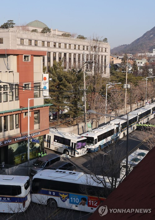 Police buses are deployed back-to-back around the Constitutional Court in Seoul on March 10, 2017, as police strengthen security at the court, which will rule on whether to impeach President Park Geun-hye the same day. (Yonhap)