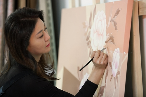 This undated image provided by South Korean artist Lee Don-ah shows the artist painting at her studio in southern Seoul. (Yonhap)