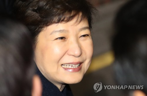 Ousted President Park Geun-hye gets out of a car appearing misty-eyed in front of her private residence in southern Seoul after returning from the presidential office Cheong Wa Dae on March 12, 2017, two days after she was removed from office at her impeachment trial at the Constitutional Court. (Yonhap)