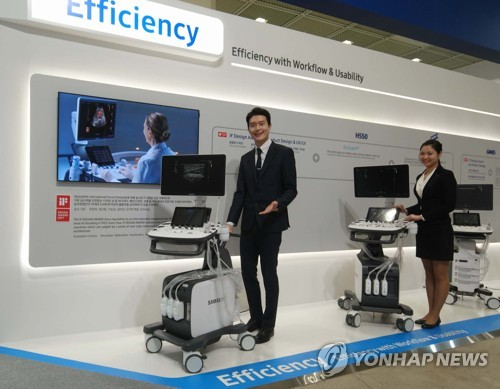 Officials from Samsung Electronics Co. showcase the latest medical device at the Korea International Medical Clinical Laboratories and Hospital Equipment Show held at the Convention and Exhibition Center in southern Seoul on March 16, 2017. (Yonhap)