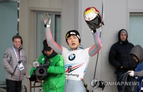 Yun Sung-bin of South Korea waves to the crowd after finishing his first run in the men's skeleton at the International Bobsleigh and Skeleton Federation World Cup at Alpensia Sliding Centre in PyeongChang, Gangwon Province, on March 17, 2017. (Yonhap)