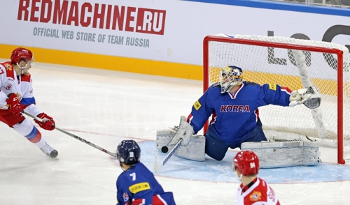 In this photo provided by the Korea Ice Hockey Association, South Korean goalie Matt Dalton makes a save on Russia in their friendly match at Gangneung Hockey Centre in Gangneung, Gangwon Province, on March 18, 2017. (Yonhap)