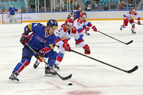 In this photo provided by the Korea Ice Hockey Association, South Korea's Sin Sang-woo controls the puck against Vadim Kudako of Russia in their friendly match at Gangneung Hockey Centre in Gangneung, Gangwon Province, on March 18, 2017. (Yonhap)