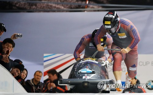 South Korean men's bobsleigh team of Won Yun-jong and Seo Young-woo make a start during the International Bobsleigh and Skeleton Federation World Cup at Alpensia Sliding Centre in PyeongChang, Gangwon Province, on March 18, 2017. (Yonhap)