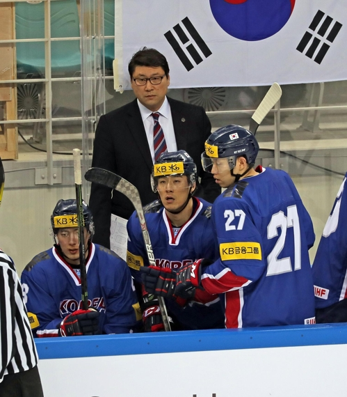 In this photo provided by the Korea Ice Hockey Association, South Korean head coach Jim Paek (C) watches the action against Russia in their friendly game at Gangneung Hockey Centre in Gangneung, Gangwon Province, on March 18, 2017. (Yonhap)