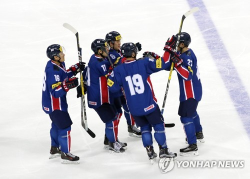 South Korean players celebrate a goal against Russia during their men's hockey friendly game at Gangneung Hockey Centre in Gangneung, Gangwon Province, on March 19, 2017. (Yonhap)
