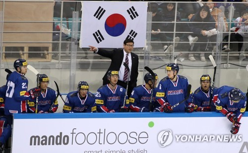 South Korean men's hockey coach Jim Paek (C) directs his players during a men's hockey friendly game against Russia at Gangneung Hockey Centre in Gangneung, Gangwon Province, on March 19, 2017. (Yonhap)