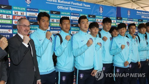 The South Korean men's national football team players and head coach Uli Stielike (L) pose for a photo at Incheon International Airport before flying to China on March 19, 2017, four days ahead of their 2018 FIFA World Cup qualifier against the Chinese national team. (Yonhap)