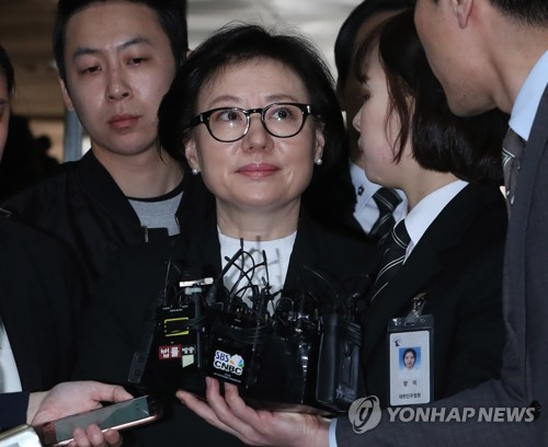 Seo Mi-kyung, the de facto wife of Lotte Group founder Shin Kyuk-ho, appears for a court trial in Seoul on March 20, 2017. Seo is one of the defendants in the investigation of South Korea's fifth-largest conglomerate who is suspected of embezzlement and breach of trust. Seo, not officially wed to Shin but treated as his third wife, has been living reclusively, hardly making any public appearances. (Yonhap)