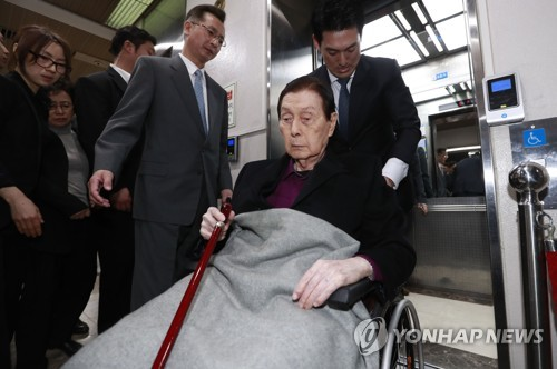 Shin Kyuk-ho, founder of South Korea's fifth-largest business group Lotte, arrives at a court in Seoul in a wheelchair on March 20, 2017. A trial began on the day for Shin and his family members who are accused of embezzlement and breach of trust. The conglomerate is also implicated in a scandal, suspected of giving bribes to former President Park Geun-hye's close friend for business favors. (Yonhap)