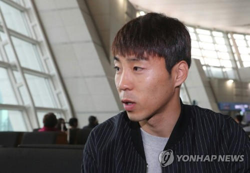 South Korean striker Lee Jeong-hyeop speaks to reporters at Incheon International Airport before flying to China on March 20, 2017, three days before the national football team's World Cup qualifying match against the Chinese national team. (Yonhap)