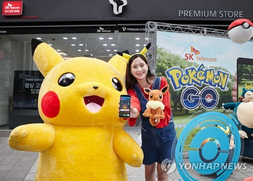 A model poses with Pokemon dolls at a Seoul-based retail shop of SK Telecom Co. in this photo released by the mobile operator on March 20, 2017. (Yonhap)