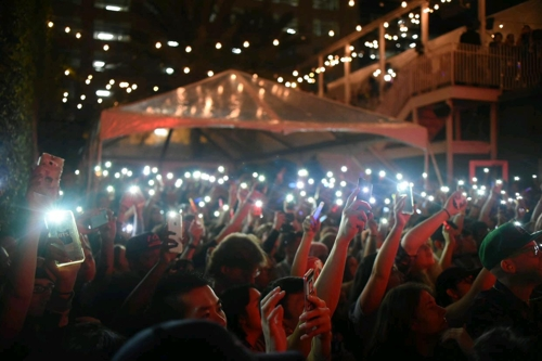 "This photo provided by the Korea Creative Content Agency shows the crowd cheering at the 2017 South by Southwest's ""K-pop Night Out"" event on March 17 in Austin Texas. (Yonhap)"