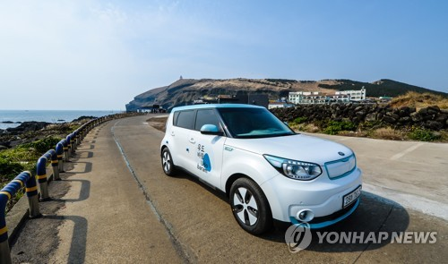 The Soul EV is stopped on a road on Udo, an island located near the southern resort island of Jeju, on March 20, 2017, in this photo released by Kia Motors Corp. (Yonhap)