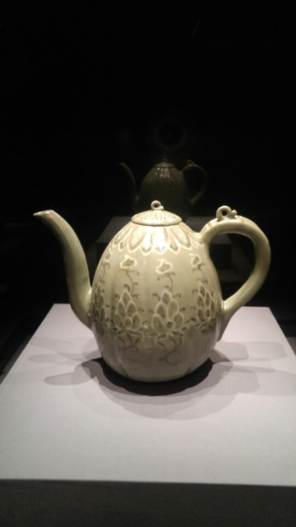 This photo shows an underglazed melon-shaped celadon ewer in iron paint on display at Horim Museum on March 20, 2017. (Yonhap)
