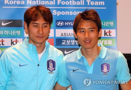South Korean football players Ji Dong-won (L) and Koo Ja-cheol pose for photos after their press conference at Kempinski Hotel Changsha in Changsha, south central China, on March 20, 2017, ahead of a World Cup qualifying match versus China. (Yonhap)