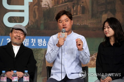 "Na Yeong-seok (C), director of ""Youn's Restaurant,"" speaks to reporters a media event at the Times Square mall in western Seoul on March 20, 2017. (Yonhap)"