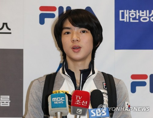 South Korean figure skater Cha Jun-hwan speaks to reporters at Incheon International Airport on March 20, 2017, after returning from the International Skating Union World Junior Figure Skating Championships in Chinese Taipei. (Yonhap)