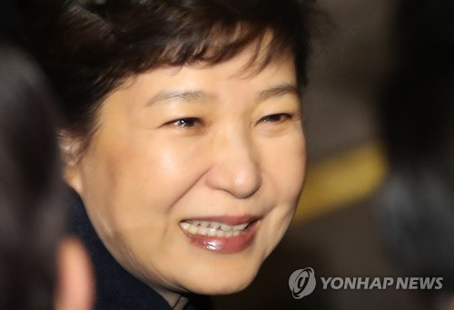 Former President Park Geun-hye gets out of a car appearing misty-eyed in front of her private residence in southern Seoul after returning from the presidential office Cheong Wa Dae on March 12, 2017, two days after she was removed from office at her impeachment trial at the Constitutional Court. (Yonhap)