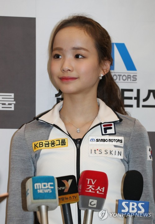 South Korean figure skater Lim Eun-soo listens to a question during a media availability at Incheon International Airport on March 20, 2017, after returning from the International Skating Union World Junior Figure Skating Championships in Chinese Taipei. (Yonhap)