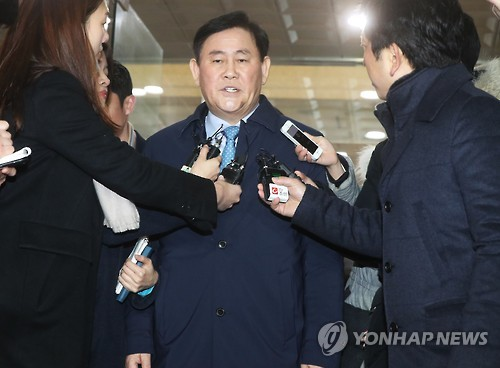 Rep. Choi Kyoung-hwan answers reporters' questions as he leaves the prosecutors' office in Anyang, south of Seoul, on March 4, 2017. (Yonhap)