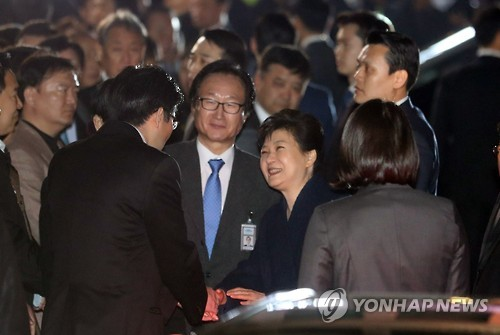 Ousted President Park Geun-hye talks with her supporters in front of her private residence in southern Seoul as she left the presidential office Cheong Wa Dae on March 12, 2017, two days after she was removed from office at her impeachment trial at the Constitutional Court. (Yonhap)