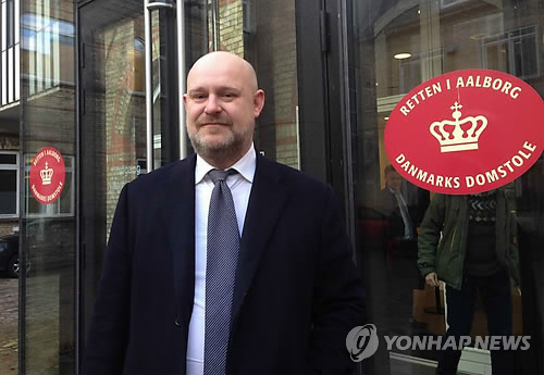 In this file photo taken on Feb. 22, 2017, Peter Martin Blinkenberg, lawyer for Chung Yoo-ra, takes questions from South Korean reporters at the District Court of Aalborg, northern Denmark. Blinkenberg died of unknown causes on March 17, 2017, while representing Chung. (Yonhap)