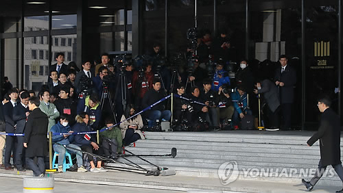 Reporters wait for former President Park Geun-hye at the Seoul Central District Prosecutors' Office in the capital on March 21, 2017, as she is set to appear for questioning. Park, dismissed by the Constitutional Court on March 10, faces a probe into 13 criminal allegations, including graft and abuse of power. (Yonhap)