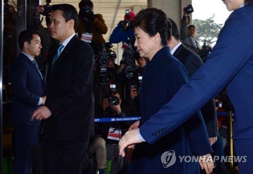 Former President Park Geun-hye enters the Seoul Central District Prosecutors' Office in Seoul on March 21, 2017, to undergo questioning as a criminal suspect. Park, dismissed by the Constitutional Court on March 10, faces a probe into 13 criminal allegations, including graft and abuse of power. (Yonhap)
