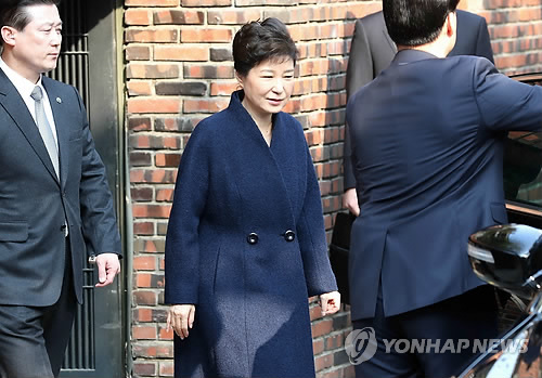 Former President Park Geun-hye leaves her home in Seoul for prosecution questioning on March 21, 2017. Park, dismissed by the Constitutional Court on March 10, faces a probe on 13 criminal allegations, including graft and abuse of power. Upon arrival at the prosecution's office, Park said she will comply with the investigation with sincerity. (Yonhap)