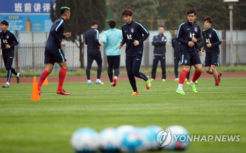 South Korean men's national team players train at Hunan Provincial People's Stadium in Changsha, China, on March 20, 2017, three days ahead of the 2018 FIFA World Cup qualifier between South Korea and China. (Yonhap)