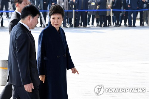 Former President Park Geun-hye (R) walks into the prosecutors' office in Seoul, South Korea on March 21, 2017, for questioning over a range of allegations that led to her March 10 removal from office. (Yonhap)