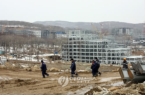 North Korean workers at a construction site in Russia. (Yonhap file photo)