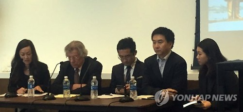 Kang Cheol-hwan (2nd from R), head of the Seoul-based North Korea Strategy Center, attends a North Korean human right forum in New York on Dec. 6, 2016. (Photo courtesy of S. Korean consulate general in New York) (Yonhap)