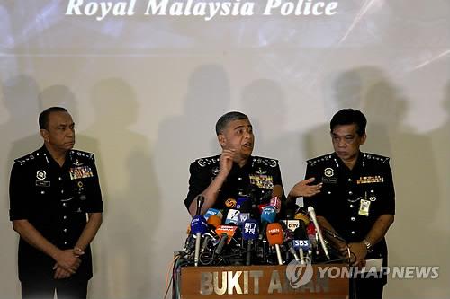 Khalid Abu Bakar (C), head of the Royal Malaysian Police, said during a news conference in Kuala Lumpur on Feb. 22, 2017, that an Air Koryo employee has been linked to the assassination of Kim Jong-nam. (Yonhap)