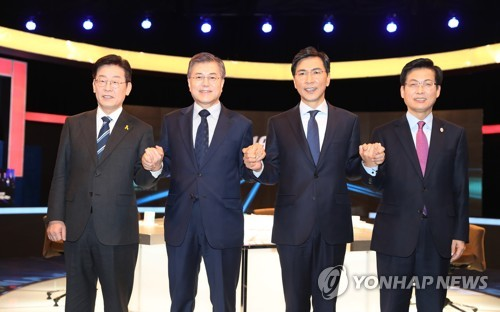 The four contenders in a primary election of the liberal Democratic Party. They are (from L) Seongnam Mayor Lee Jae-myung, former party chief Moon Jae-in, South Chungcheong Gov. An Hee-jung and Goyang Gov. Choi Sung. (Yonhap)
