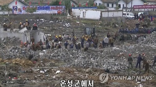 Rehabilitation work is underway in the flood-devastated North Korean county of Onsong, North Hamkyong Province, in September 2016. This photo was captured from the North's Central TV Station. (Yonhap)