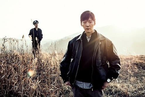 "This image provided by OCN shows a scene from new crime show ""Tunnel"" featuring actor Choi Jin-hyuk (R). (Yonhap)"