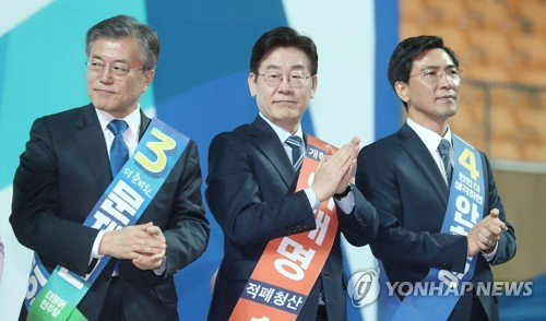 Presidential election front-runner Moon Jae-in (L) attends a primary election by his liberal Democratic Party in Gwangju, 329 kilometers southwest of Seoul, on March 27, 2017. The former party chief took a victory in the first round of the party primary with 60.2 percent of the vote, followed by South Chungcheong Province Gov. An Hee-jung (R) with 20 percent and Seongnam City Mayor Lee Jae-myung (C) with 19.8 percent. (Yonhap)