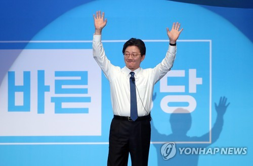 Rep. Yoo Seong-min of the Bareun Party waves to supporters at a party convention held at Olympic Park in eastern Seoul on March 28, 2017. (Yonhap)