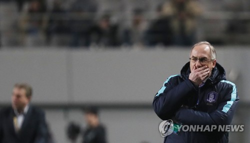 South Korean men's national football team head coach Uli Stielike watches his players during the 2018 FIFA World Cup Asian qualifier between South Korea and Syria at Seoul World Cup Stadium in Seoul on March 28, 2017. (Yonhap)