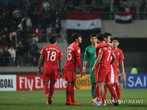 South Korean men's national football team players celebrate after defeating Syria in the 2018 FIFA World Cup Asian qualifier at Seoul World Cup Stadium in Seoul on March 28, 2017. (Yonhap)