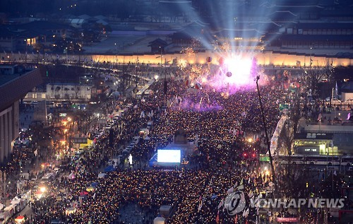 The file photo, taken on March 11, 2017, shows tens of thousands of people gathered in downtown Seoul to celebrate the removal of former President Park Geun-hye from office on the previous day. At their peak, gatherings calling for Park's ouster over various corruption charges were said to have attracted as many as 1 million demonstrators on a single day. (Yonhap)