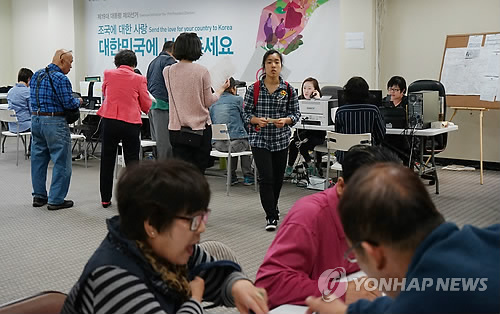 This photo, taken on March 30, 2017, shows a group of South Korean residents in Los Angeles, California registering for South Korea's upcoming presidential election. The National Election Commission earlier said a record 297,919 overseas voters have signed up for the May 9 election, up more than 33 percent from 222,389 overseas South Koreans who took part in the 2012 presidential election. (Yonhap)