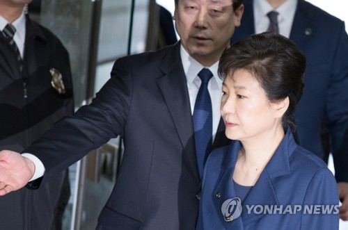 Former President Park Geun-hye (R) enters a Seoul district court on March 30, 2017, to attend a hearing on a warrant for her arrest. (Yonhap)